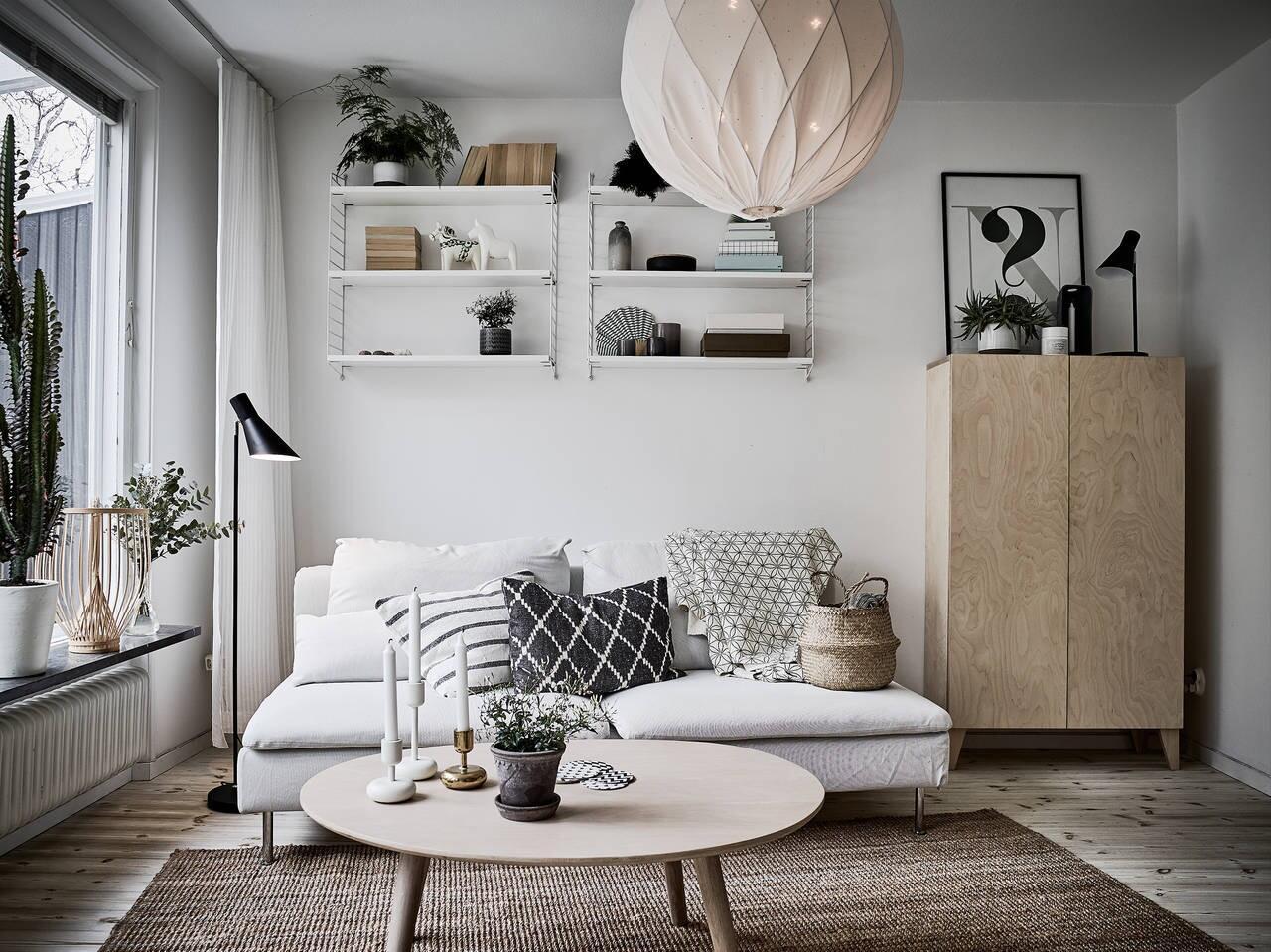 Obývacie izby v severskom štýle sú plné svetlých farieb, dreva a často aj kontrastných čiernych doplnkov