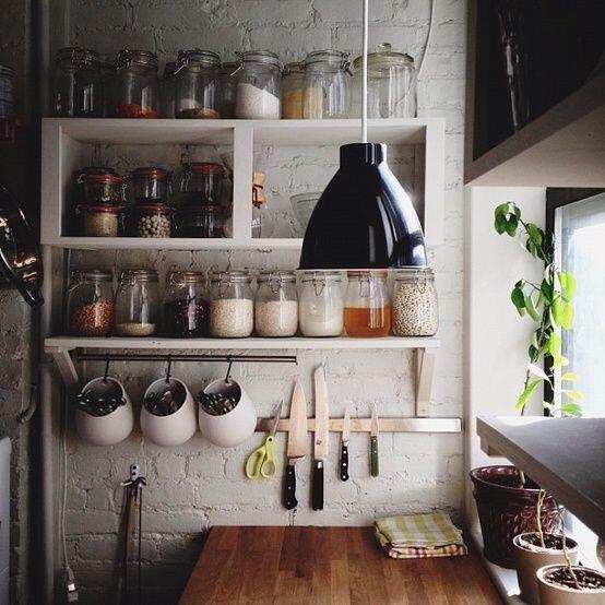 Skladujte potraviny v sklenených dózach a pekne ich vystavte - ušetríte miesto v skrinkách a budete mať prehľad