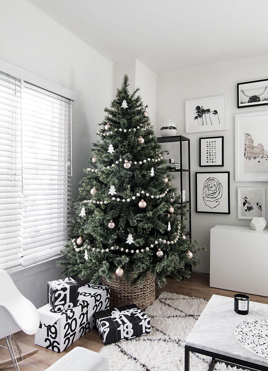 Než svoj vianočný stromček nastrojíte, zakryte nevzhľadný stojan prúteným košom. Alebo kmeň zasaďte do plechového vedra s pieskom.