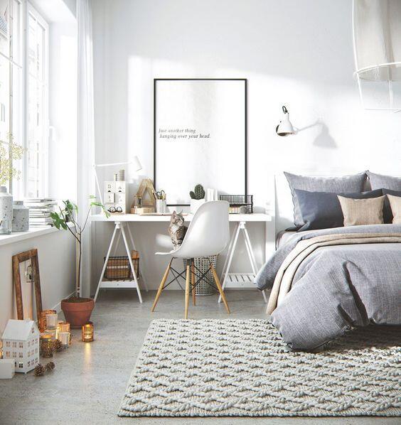 Tiež spálňa v škandinávskom štýle je plná bielych tónov a prírodných materiálov