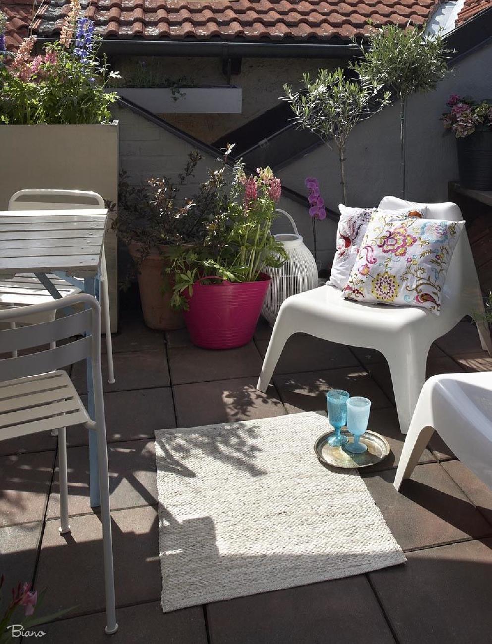 Pohodlné sedenie, ktoré odolá vetru i dažďu je nevyhnutné. Potom už stačí len dodať textílie, ktoré tvrdý nábytok zjemnia a dodajú atmosféru.