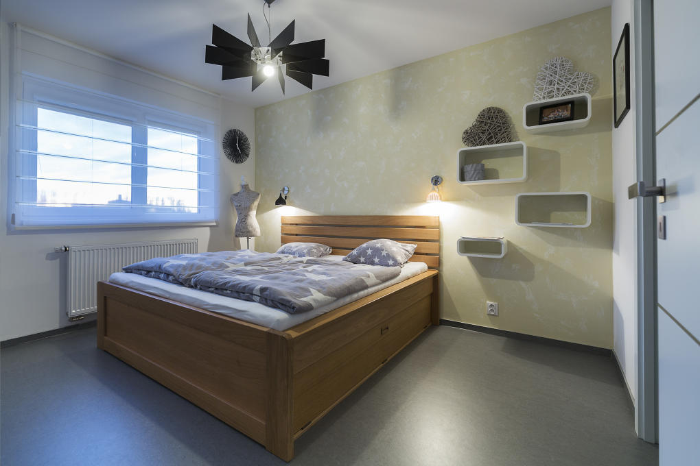 Dominantou spálne je veľká dubová posteľ, ktorú si rodina priviezla do novostavby z pôvodného bydliska