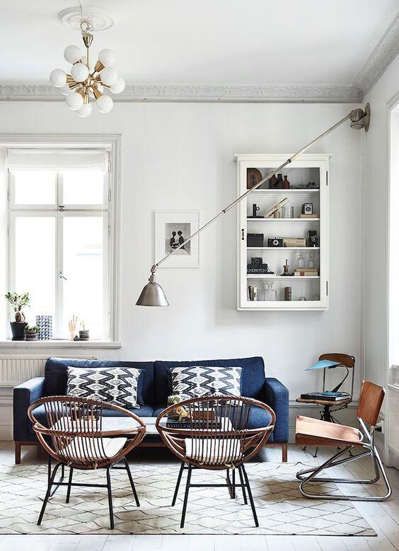 Aj modrá pohovka môže byť nadčasová, ak vyberiete tlmený odtieň a vhodný materiál