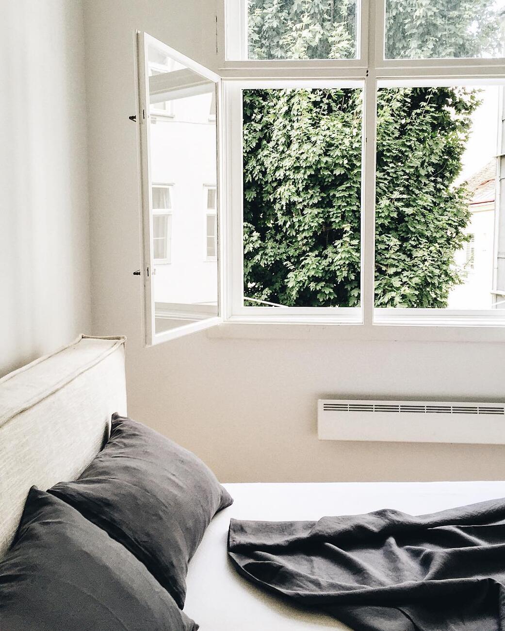 V nedostatočne vetranej spálni môžete mať problémy so spánkom aj pliesňou ...