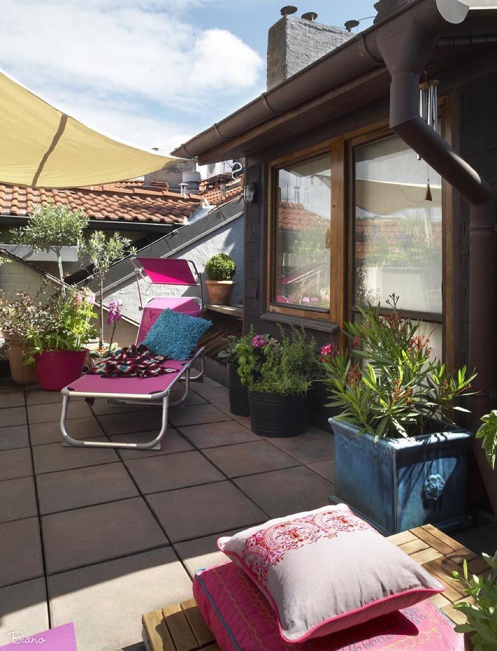 Na terase nesmie chýbať ani lehátko. Teplota vonku už síce nie je na veľké opaľovanie, ale slnečným lúčom sa môžete krásne vystaviť a ohriať sa.