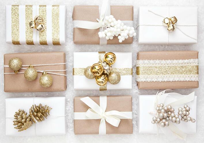 Až vianočné darčeky vyberiete a nakúpite, nezabudnite ich tiež krásne zabaliť.Biela a zlatá je po ervenej a zlatej najobľúbenejšou vianočnou farebnou kombináciou.