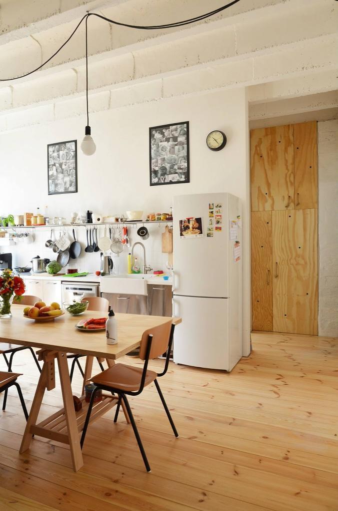 Otvorené police miesto klasických kuchynských skriniek a veľa háčikov ušetria v kuchyni miesto