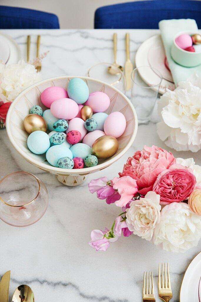 Slávnostne prestretý veľkonočný stôl nemusí byť plný zajačikov a kuriatok
