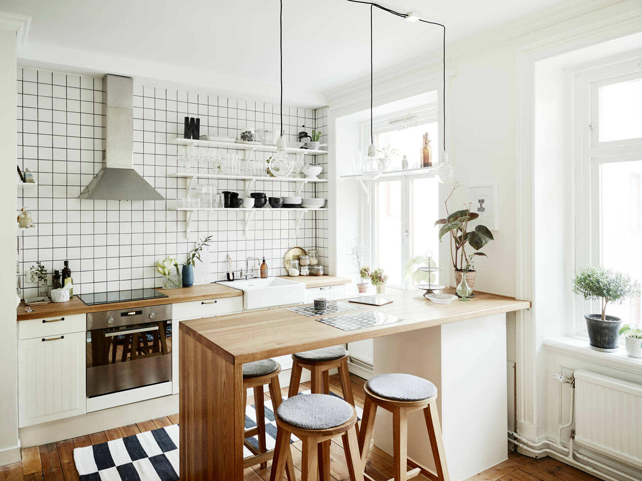 Ak na to máte priestor, zaobstarajte si kuchynský ostrovček - oceníte pracovnú plochu naviac aj ďalší úložný priestor. A kľudne ho môžete využívať ako jedálenský stôl