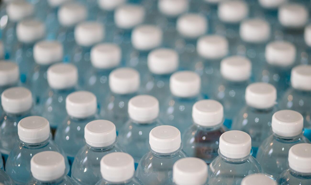 Čo tak vyraziť na nákup s taškou z recyklovaných plastových fliaš?