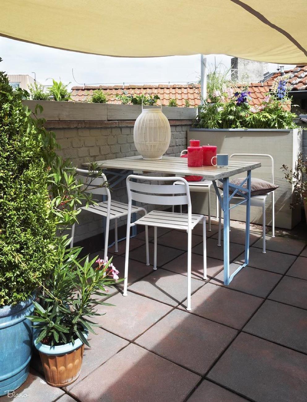 Jednoduchý záhradný nábytok skvelo plní svoju funkciu a tiež dobre vyzerá.