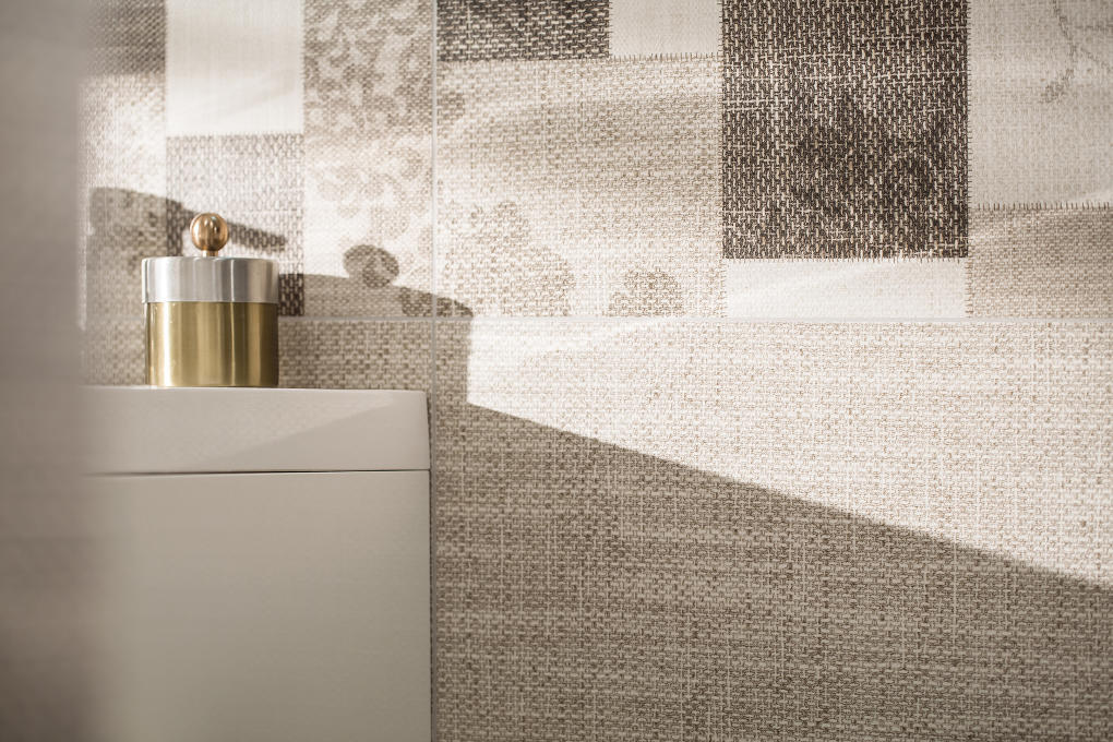 Obklady imitujúce povrch látkysú na pohľad k nerozoznaniu od skutočného textilu.