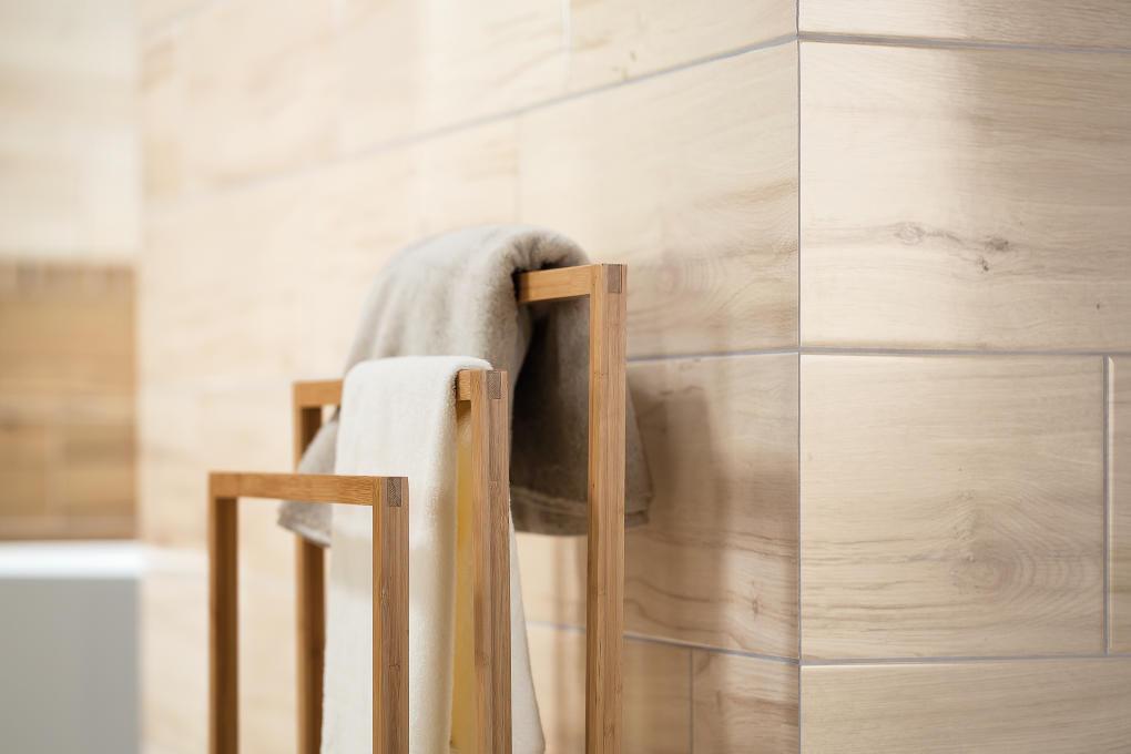 Obklad imitujúci drevo vašu kúpeľňu naraz zútulní.
