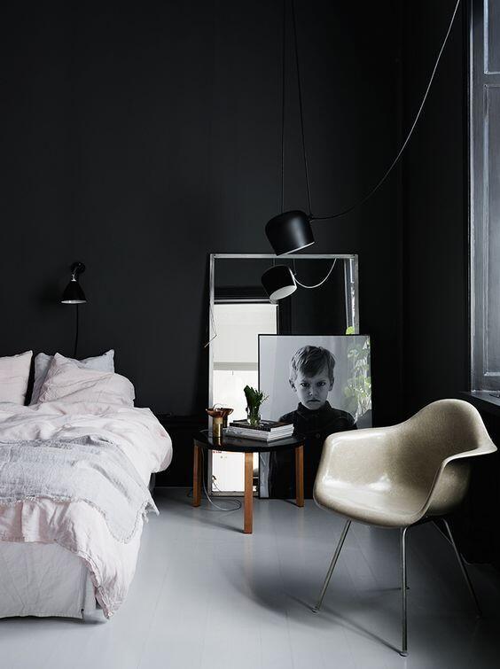 Ak je váš interiér plný denného svetla, nemusíte sa báť čiernej farby na stene
