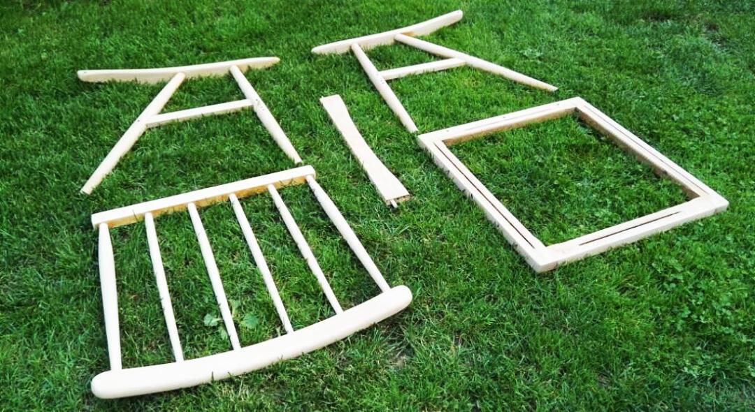 Kreslo bolo potrebné najprv rozložiť na jednotlivé diely a prebrúsiť až na drevo.