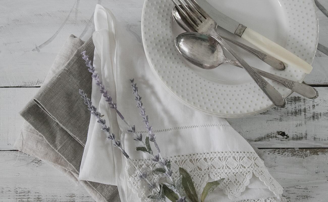 Utierky a obrusy z ľanu sú veľmi obľúbené v kuchyni vďakarýchloschnúcim vlastnostiam.