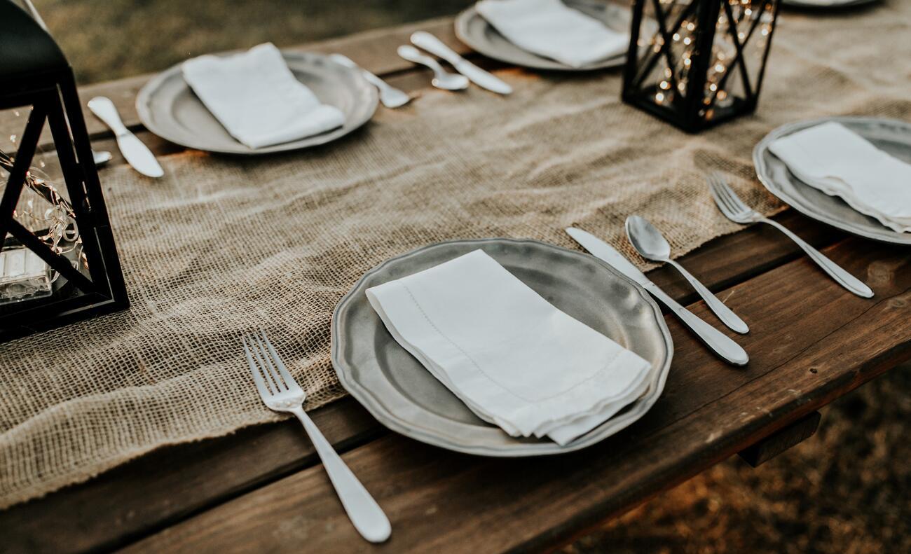 Jutový behúň spolu so svetielkamialebo pár dekoráciami na jedálenskom stole,urobia aj z obyčajnej večere slávnostnú chvíľku.