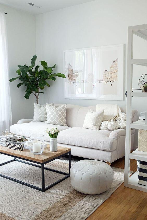 Rovnako univerzálna ako sivá je aj béžová alebo krémová pohovka - ľahko ju skombinujete s existujúcim nábytkom aj doplnkami