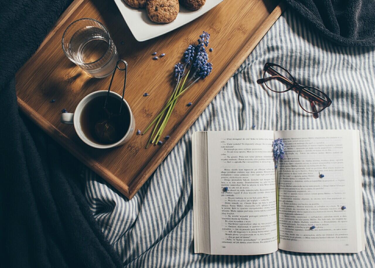 Čo tak cez víkend odmietnuť ráno vstať, poručiť si raňajky do postele a celý deň si čítať?