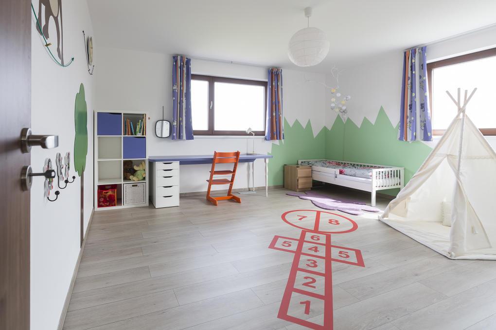 Dieťa by malo mať vždy dostatok priestoru na hranie, ale nezabudnite, že sa hrá najviac na podlahe - určite by teda nemala byť studená