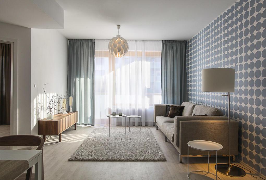 Jednoduchá sivá pohovka sa ľahko kombinuje s doplnkami a obývacia izba s ňou pôsobí príjemne vzdušne / realizácia dizajnérky Andrey Hylmarovej