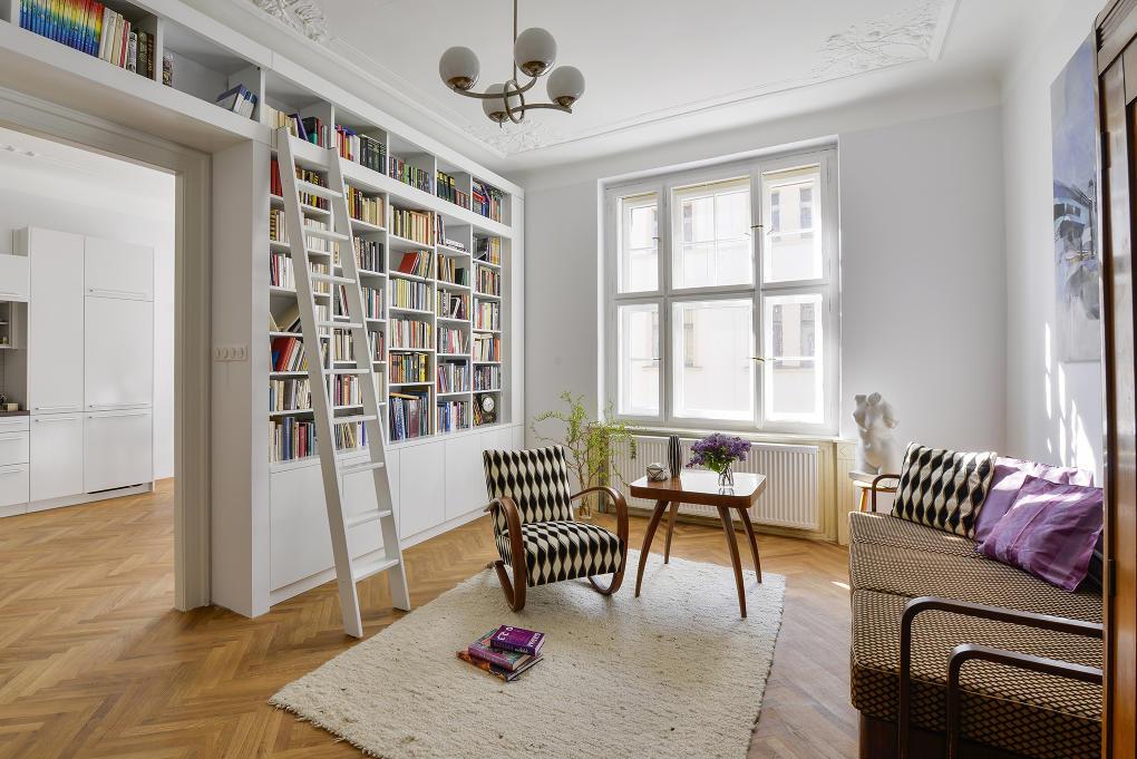 Veľká knižnica v obývacej izbe od studio29