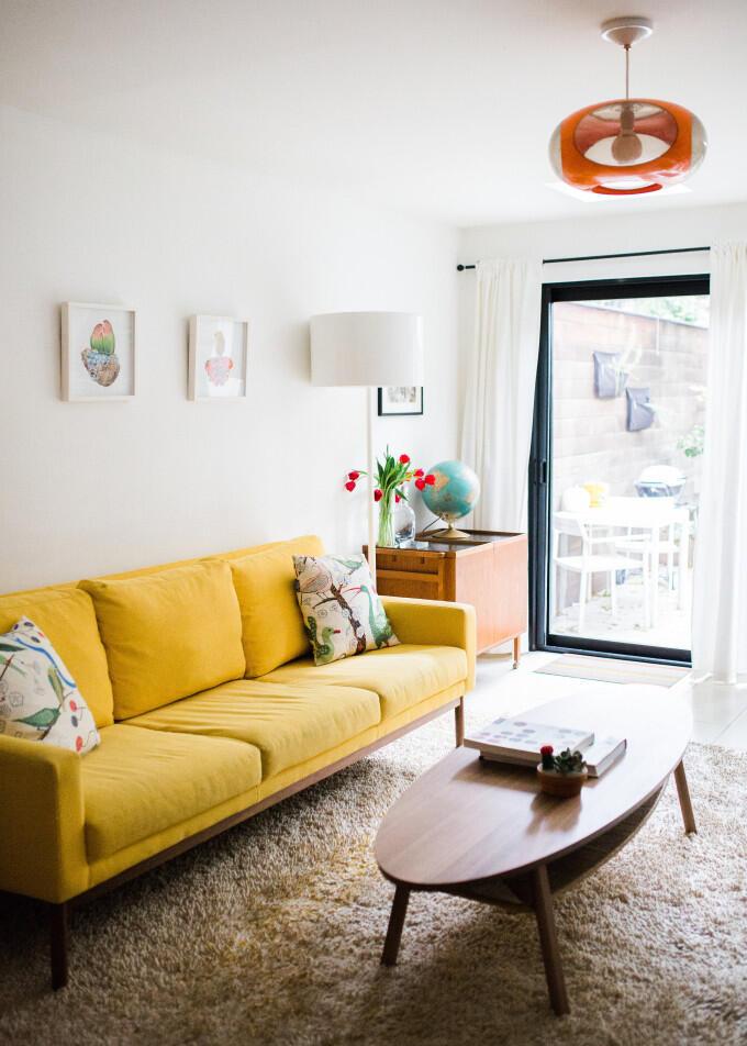 Ak sa nebojíte experimentov, vyberte si netradičné žltú pohovku, ktorá krásne rozžiari každý neutrálne ladený interiér