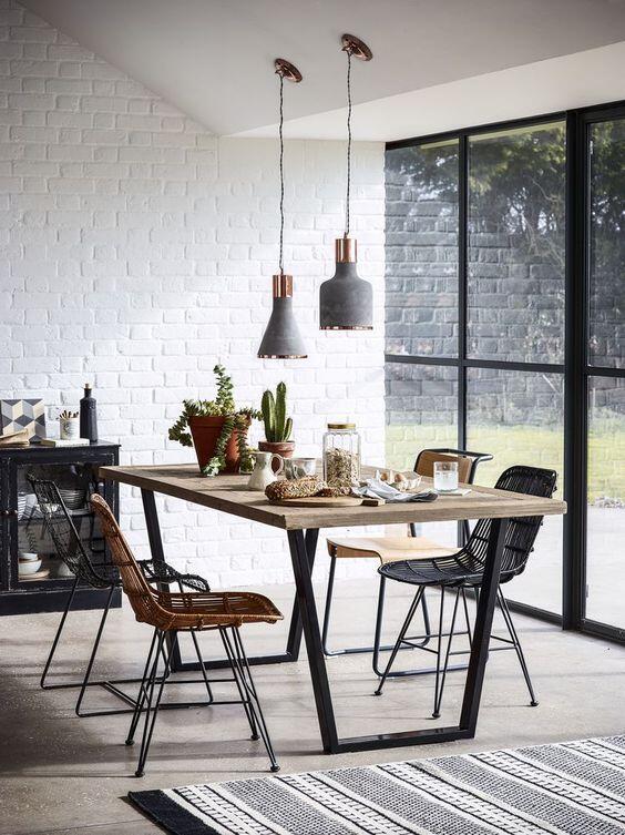 jedalensky-stol-a-stolicky-v-industrialnom-style-v-priestrannej-jedalni