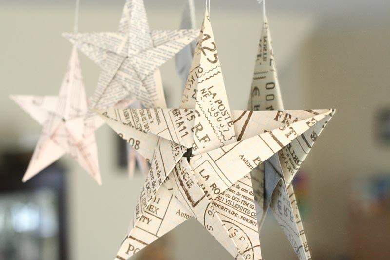 Chcete vianočný stromček v škandinávskom štýle? Ozdobte ho papierovými hviezdami, ktoré si sami jednoducho zložíte - napríklad z novinového papiera