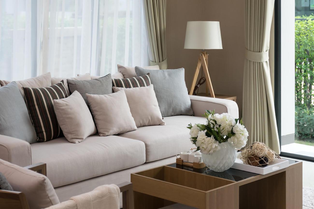 Plné a upravené vankúšiky v obývacej izbe