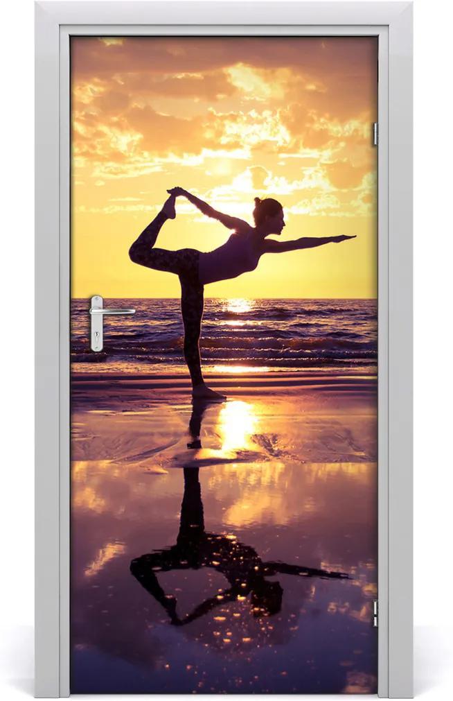 Fototapeta na dveře Lidé joga na pláži