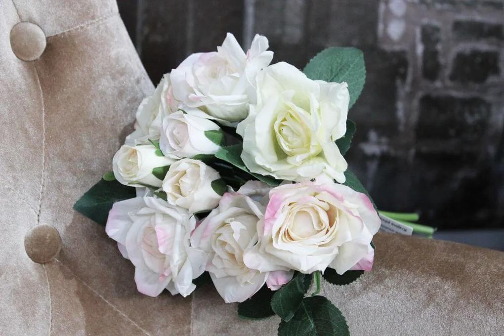 Biela kytička ruží s ružovým odtieňom s pukmi