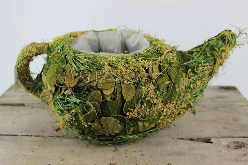 Zelená žltá prútená nádoba v tvare čajníka 32cm