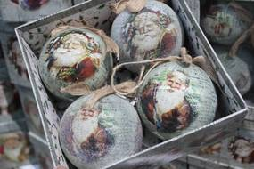Farebné vianočné gule s obrázkom Mikuláša 10cm 4ks
