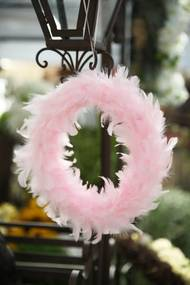 Ružový závesný veniec z pierok 28cm
