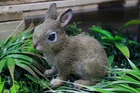 Hnedý sediaci dekoračný zajačik 18cm