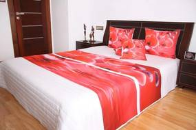 DomTextilu Prehoz na posteľ bielej farby s motívom červených orchideí Šírka: 220 cm | Dĺžka: 240 cm 2943-103343